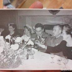 Fotografía antigua: FOTO ANTIGUA MILITAR COMIDA EN BAR CASTRO MILITARES CON MEDALLA EN CHAQUETA. Lote 110503127