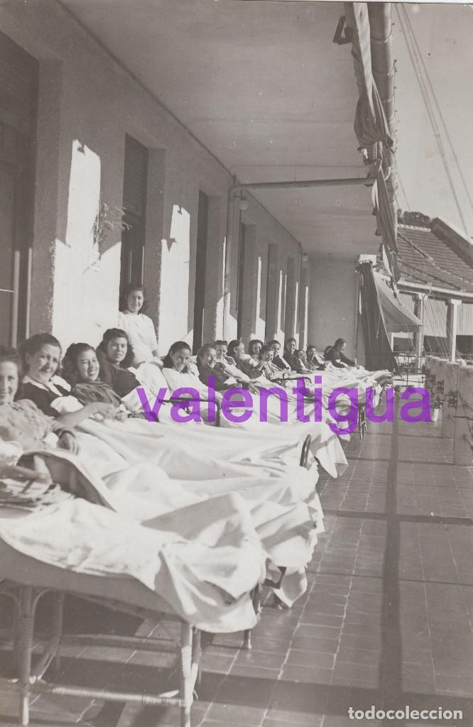 PRECIOSA FOTO PACIENTES ENFERMERA SANATORIO TUBERCULOSIS DE SIERRA ESPUÑA MURCIA, TOMANDO EL SOL 40S (Fotografía - Artística)