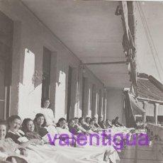 Fotografía antigua: PRECIOSA FOTO PACIENTES ENFERMERA SANATORIO TUBERCULOSIS DE SIERRA ESPUÑA MURCIA, TOMANDO EL SOL 40S. Lote 110555819