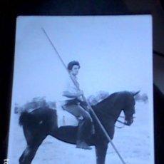 Fotografía antigua: FOTOGRAFIA EN BLANCO Y NEGRO DE CABALLISTA EN EL CAMPO CON PICA. Lote 111265447