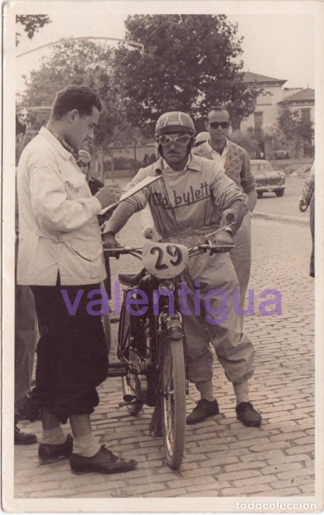 MAGNÍFICA FOTO PILOTO CARRERAS BICICLETA CON MOTOR MOBYLETTE. AÑOS 50. MOTO. RALLYE. J. FERRE, REUS (Fotografía - Artística)