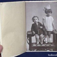 Fotografía antigua: FOTOGRAFIA NIÑO NIÑA HERMANOS LAZO BANQUETA RANCHO FOT SANTANDER AÑOS 30 40 14X9CMS. Lote 112325367