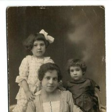 Fotografía antigua: 850- EXTRAORDINARIA FOTOGRAFIA ANTIGUA - MADRE E HIJOS - FOTO -J. SEGURA- PTA.SOL,4 -MADRID . Lote 112467511
