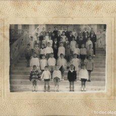 Fotografía antigua: ==G142 - FOTOGRAFIA - GRUPO DE NIÑOS CON SUS MAESTROS - 17 X 12 CM.. Lote 112526839