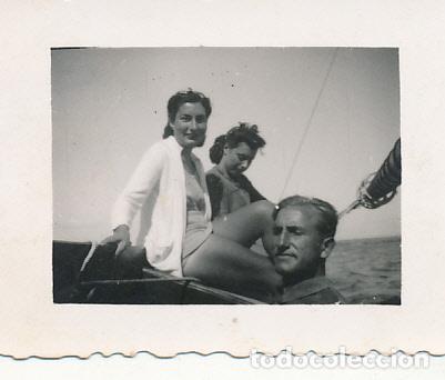 FOTOGRAFÍA C. 1948 TARRAGONA ZONA TAMARIT BARCO VELA NAVEGANDO BAÑISTA EXCURSIONISTAS (Fotografía - Artística)
