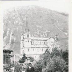 Fotografía antigua: FOTOGRAFÍA ANTIGUA COVADONGA ASTURIAS 1958 VIRGEN SANTUARIO. Lote 114217283