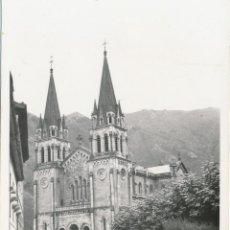 Fotografía antigua: FOTOGRAFÍA ANTIGUA COVADONGA SANTUARIO VIRGEN ASTURIAS 1958. Lote 114217723