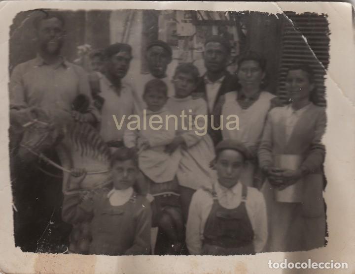 PRECIOSA FOTO. GRUPO FAMILIAR POSANDO CON UN CABALLO DE MADERA. FOTOGRAFÍA DE MINUTERO?. AÑOS 20. (Fotografía - Artística)