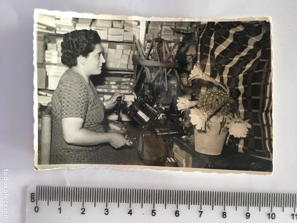 FOTO. MUJER CON LA TRICOTOSA. FOTG. ANÓNIMO. AÑO 1958 (Fotografía - Artística)