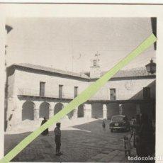 Fotografía antigua: FOTOGRAFIA PLAZA ALBARRACIN TERUEL COCHE MATRICULA DE MADRID 1954 - -C-43. Lote 116236907
