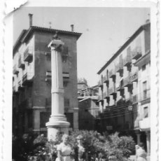 Fotografía antigua: == MM588 - FOTOGRAFIA - DOS AMIGAS JUNTO AL MONUMENTO EL TORICO. Lote 116654767