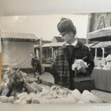 Fotografía antigua: FOTO ORIGINAL AGENCIA KEYSTONE. MERCADILLO EN MUNICH. AÑO 1964.. Lote 116711399