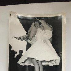 Fotografía antigua: FOTO ORIGINAL AGENCIA KEYSTONE. VESTIDO DE NOVIA.. Lote 116719391