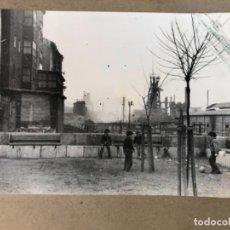 Fotografía antigua: FOTOGRAFÍA ORIGINAL B/N NIÑOS JUGANDO PELOTA DELANTE DE ALTOS HORNOS DE VIZCAYA (SESTAO).AÑOS 70.. Lote 117043219