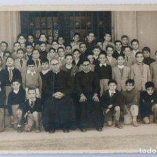 Fotografía antigua: FOTO DE GRUPO DE NIÑOS CON CURAS, FOTO DE COLEGIO AÑOS 50. Lote 117403323