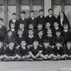 Fotografía antigua: FOTO DE GRUPO DE NIÑOS CON MONJA, FOTO DE COLEGIO AÑOS 60. Lote 117403779
