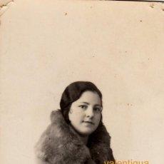 Fotografía antigua: PEQUEÑO RETRATO DE JOVEN Y BELLA MUJER CON ABRIGO. AÑOS 10-20.. Lote 118281931