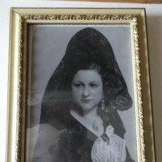 Fotografía antigua: FOTOGRAFIA DE MANOLA, ANTIGUA EN ESTUDIO CON CUADRO DECORACION VINTAGE. Lote 119872095