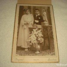 Fotografía antigua: ANTIGUA FOTO DE NIÑO Y NIÑA VESTIDOS DE COMUNION . FOTOGRAFO DAGUERRE, BARCELONA. Lote 120380051