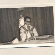 Fotografía antigua: IBIZA-SACERDOTE CELEBRANDO MISA. Lote 121017583