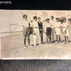 Fotografía antigua: GRUPO DE JOVENES TENISTAS NIÑOS AMIGOS RED RAQUETAS PPIO S XX VER FOTOS. Lote 121175219