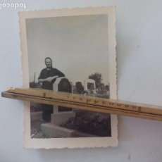 Fotografia antiga: ANTIGUA FOTOGRAFÍA, MUJER EN EL CEMENTERIO, CREO QUE ALEMANIA AÑOS 30-40. FOTO . Lote 122049399