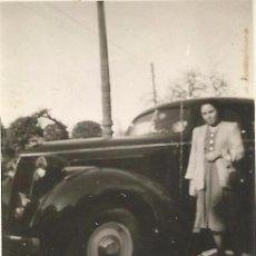 Fotografía antigua: == DP40 - FOTOGRAFIA PEQUEÑO FORMATO - SEÑORA JUNTO A UN ANTIGUO COCHE - 1949 - 6,2 X 4,8 CM.. Lote 122167231