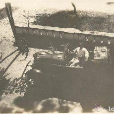 Fotografía antigua: == R118 - FOTOGRAFIA - SEÑOR MONTADO EN UN ANTIGUO COCHE - 1930. Lote 122173491