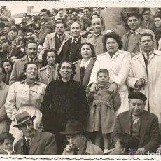 Fotografía antigua: == D1641 - FOTOGRAFIA - GRUPO DE GENTE EN ALGUN ESPECTACULO - FOTO J. RAGA - VALENCIA. Lote 122174043