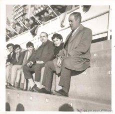 Fotografía antigua: == H549 - FOTOGRAFIA - DOS SEÑORES Y VARIOS NIÑOS EN UN ESTADIO DE FUTBOL. Lote 122174751