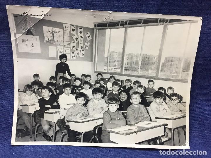 FOTOGRAFIA NIÑOS ESCUELA PROFESORA CLASE PUPITRE MADRID FOT EMILIO FIRMADA AÑOS 50 18X24CMS (Fotografía - Artística)