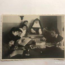 Fotografía antigua - MONCADA (Valencia). Fotografía. Señoritas Pintando (h.1950?) - 122494127