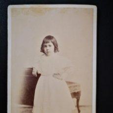 Fotografía antigua: ANTIGUA FOTO INFANTIL GRANDE NIÑA NOBLEZA VESTIDO BLANCO POSANDO CARTÓN RÍGIDO ALBUMINA 1900. Lote 123083768