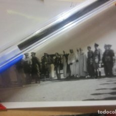 Fotografía antigua: FINAL DE GUERRA CIVIL LEGION OFICIALES DE MELILLA REUNION A DESFILE ALIADOS SULTAN EN IFNI. Lote 125547923