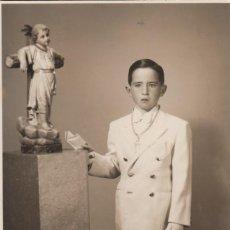 Fotografía antigua: ANTIGUA FOTOGRAFÍA. NIÑO COMUNIÓN CON TALLA DE NIÑO JESUS APOYADO EN LA CRUZ. ROSARIO. 40S. Lote 126237167