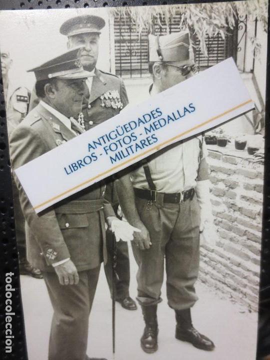 Fotografía antigua: FOTO ALTOS MANDOS OFICIALES CON TRAJES CON MEDALLAS FIN DE GUERRA CIVIL LEGION TERCIO MELILLA - Foto 2 - 126580559