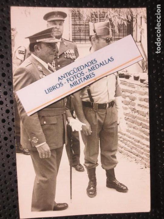 Fotografía antigua: FOTO ALTOS MANDOS OFICIALES CON TRAJES CON MEDALLAS FIN DE GUERRA CIVIL LEGION TERCIO MELILLA - Foto 3 - 126580559
