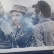 Fotografía antigua: PHOTO OF CHE GUEVARA WITH RAUL AND FIDEL CASTRO IN HAVANA CUBA 1961 FOTOGRAFER OSVALDO SALAS SIGNED.. Lote 127941898