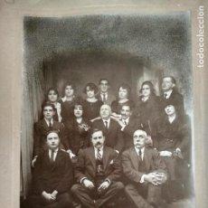 Fotografía antigua: GRAN FOTOGRAFIA, GRUPO FAMILIAR, MEDIDA 24 X 35 CM, FOTOGRAFO J.BUENO, MADRID. Lote 128991447