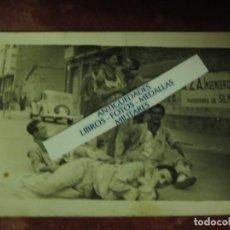 Fotografía antigua: MIRANDA EBRO FIESTAS SAN JUAN FOTO A BAREA JOVENES EN CALLE BAR LA CUEVA. Lote 181602027