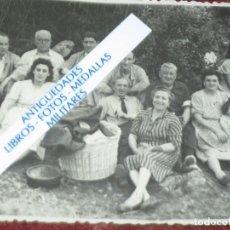 Fotografía antigua: 1947 SAN JUAN FIESTAS EN MIRANDA ALMUERZO COMIDA AL AIRE LIBRE MANUSCRITO REVERSO. Lote 129207823