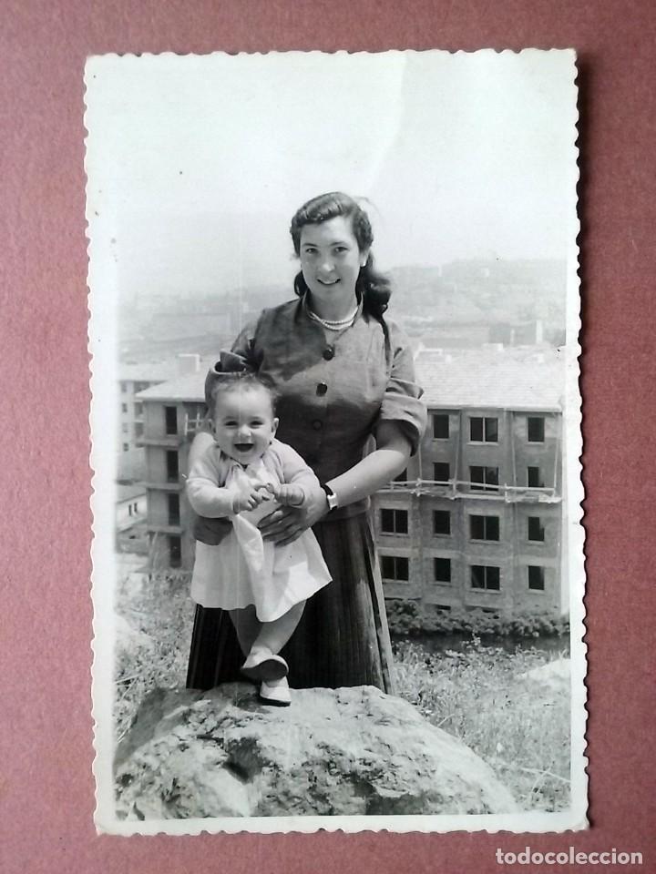 ANTIGUA FOTOGRAFÍA MUJER CON BEBÉ. ASTURIAS ?. AÑOS 60. (Fotografía - Artística)