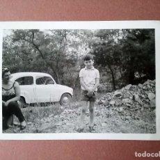 Fotografía antigua: ANTIGUA FOTOGRAFÍA MUJER Y NIÑO CON SEAT 600. ASTURIAS ?. AÑOS 70 ?.. Lote 129317671