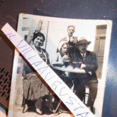 Fotografía antigua: PERSONAS EN TERRAZA HELADERIA CON CAFE HELADO MIRANDA DEL EBRO. Lote 129466803