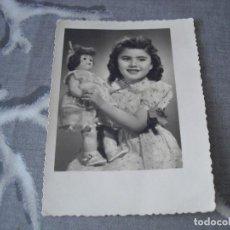 Fotografia antica: FOTO NIÑA CON MUÑECA MARIQUITA PEREZ????. Lote 129696211