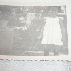 Fotografía antigua: FOTO AÑOS 40; NIÑA POSANDO. Lote 130553386