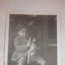 Fotografía antigua: FOTO AÑOS 40; NIÑA SENTADA POSANDO CON MUÑECA. Lote 130554414