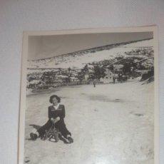 Fotografía antigua: FOTO AÑOS 40; MUJER EN TRINEO DE MADERA EN LA NIEVE. Lote 130624158