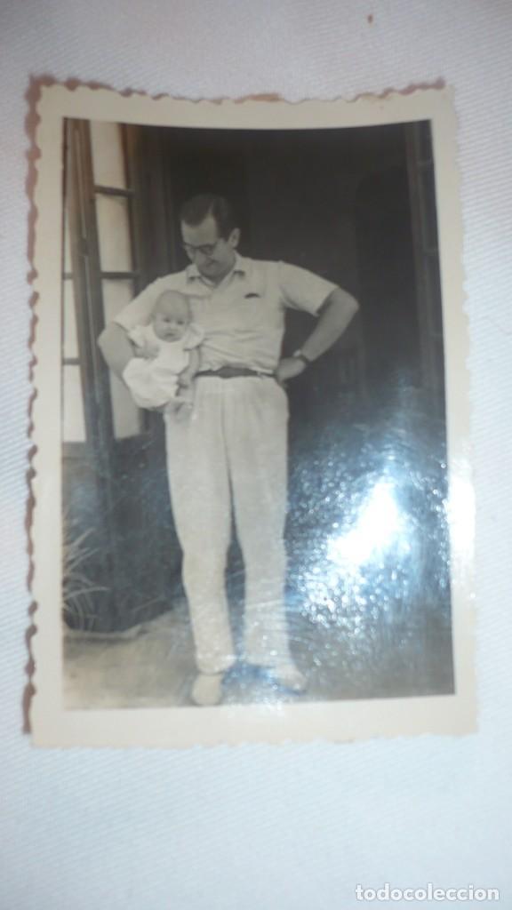 FOTO AÑOS 40; HOMBRE POSANDO CON BEBÉ (Fotografía - Artística)