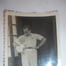Fotografía antigua: FOTO AÑOS 40; HOMBRE POSANDO CON BEBÉ. Lote 130839484